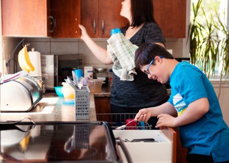 zo betrek je je hele gezin bij de huishoudelijke taken